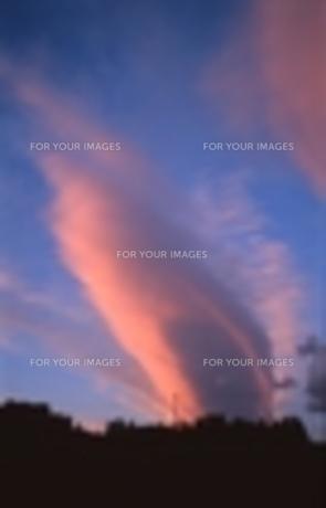 孔雀の羽のような雲・夕景の写真素材 [FYI00270380]