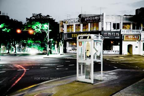 電話ボックスと街角の写真素材 [FYI00270426]
