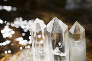 水辺の水晶の結晶の写真素材 [FYI00270624]