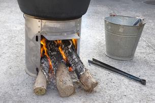 火の着いた簡易かまどの薪の写真素材 [FYI00270741]