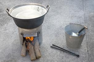 簡易かまどと鍋の写真素材 [FYI00270754]