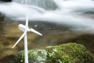 沢のそばの風力発電の模型の写真素材 [FYI00270977]