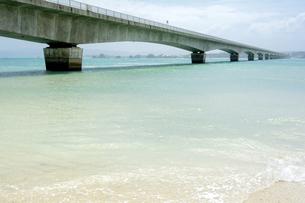 古宇利大橋と砂浜の素材 [FYI00271035]