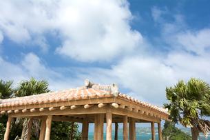 沖縄赤瓦の東屋の屋根と空の写真素材 [FYI00271044]