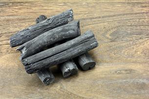 木の板の上の備長炭の写真素材 [FYI00271060]