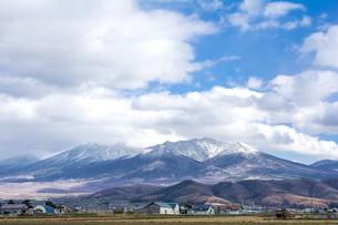 雪をかぶった十勝連峰と空の写真素材 [FYI00271135]