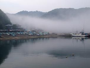 山から漁港に流れ込む靄の写真素材 [FYI00271173]