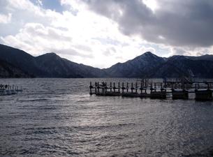 冬の日光中禅寺湖と凍る桟橋の写真素材 [FYI00271189]