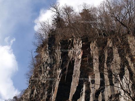日光華厳の滝横にある奇妙な形の断崖絶壁の素材 [FYI00271200]