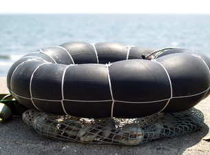 タイヤチューブの浮き輪の魚籠と白蛤の写真素材 [FYI00271253]