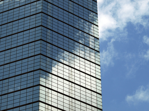 タワービルと初夏の雲の写真素材 [FYI00271365]