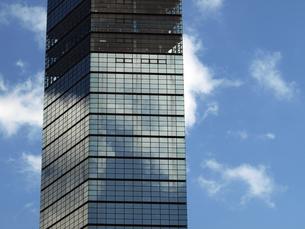 鏡のタワーと初夏の雲の写真素材 [FYI00271373]
