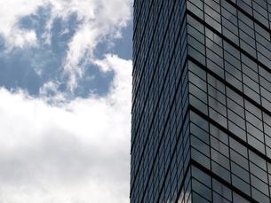 タワービルと初夏の雲の写真素材 [FYI00271375]