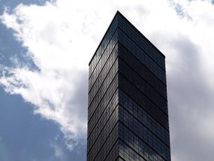 タワービルと初夏の雲の写真素材 [FYI00271380]