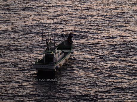 伊豆石廊崎の初日の出と釣り船の素材 [FYI00271428]