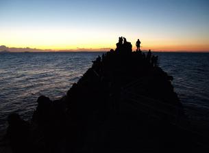 伊豆石廊崎の岩に上って初日を見る人々の素材 [FYI00271434]