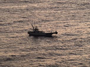 伊豆石廊崎の初日の出と釣り船の素材 [FYI00271435]