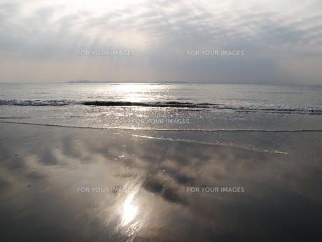 砂浜の波打ち際に映る太陽の素材 [FYI00271442]