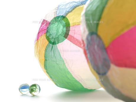 窓辺の紙風船とビー玉の素材 [FYI00271450]