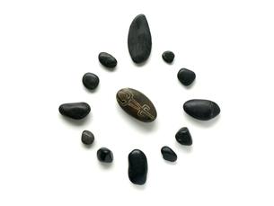 インカの石のお守りと黒い小石の素材 [FYI00271455]
