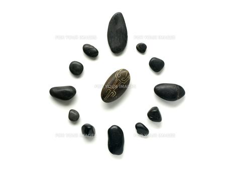 インカの石のお守りと黒い小石の素材 [FYI00271465]