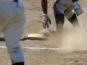 牽制にスライディングで戻る一塁ランナーの素材 [FYI00271506]