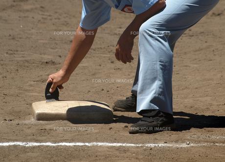 一塁ベースを掃除する塁審の素材 [FYI00271519]