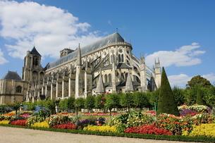 ブールジュ大聖堂とその庭園の写真素材 [FYI00271535]