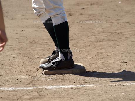 一塁ベース上に立つランナーの素材 [FYI00271538]