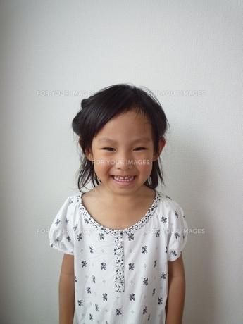 笑顔の女の子の素材 [FYI00271658]