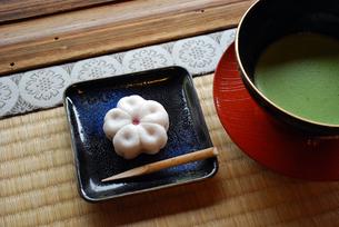 桜の和菓子と抹茶の素材 [FYI00271674]