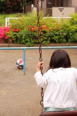 ブランコに乗る女の子の素材 [FYI00271683]