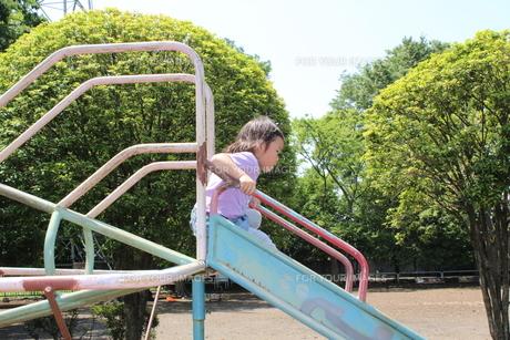 滑り台で遊ぶ女の子の写真素材 [FYI00271691]