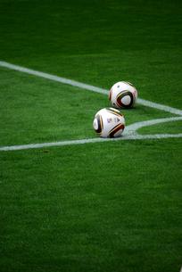 サッカーボールと芝の写真素材 [FYI00271696]