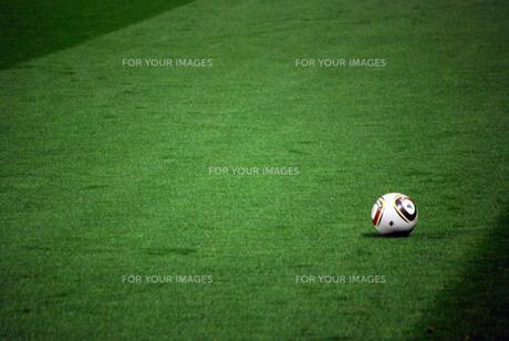 サッカーボールと芝の写真素材 [FYI00271766]