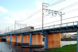 鶴見川にかかる鉄橋の写真素材 [FYI00271770]