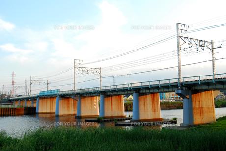 鶴見川にかかる鉄橋の写真素材 [FYI00271773]