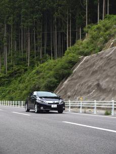 走るハイブリッドカーの写真素材 [FYI00272969]