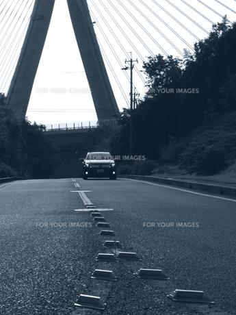 走るクルマと吊り橋の写真素材 [FYI00272971]