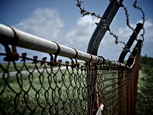 沖縄 久米島 フェンス越しの空港の写真素材 [FYI00272998]