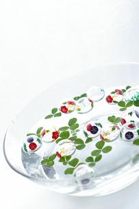 水に浮いたガラスの浮き玉の写真素材 [FYI00273066]