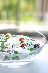 水に浮いたガラスの浮玉の写真素材 [FYI00273069]