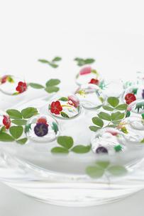 水に浮いたガラスの浮き玉の写真素材 [FYI00273074]