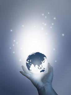 地球儀を持つ手の写真素材 [FYI00274872]