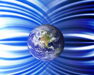 地球と磁力線の写真素材 [FYI00275593]