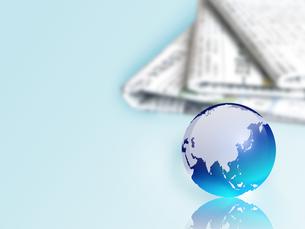 地球儀と新聞の写真素材 [FYI00276213]