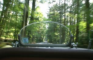 ビンテージカーのフロントガラスと流れる景色の写真素材 [FYI00277830]