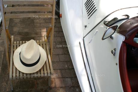 白い帽子と白い外車の写真素材 [FYI00277835]