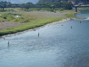 昭和橋と4人の釣人のいる千曲川の写真素材 [FYI00277862]