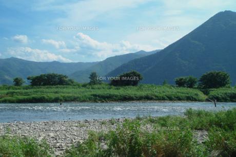 鮎釣りシーズンの千曲川原と山並みの写真素材 [FYI00277865]